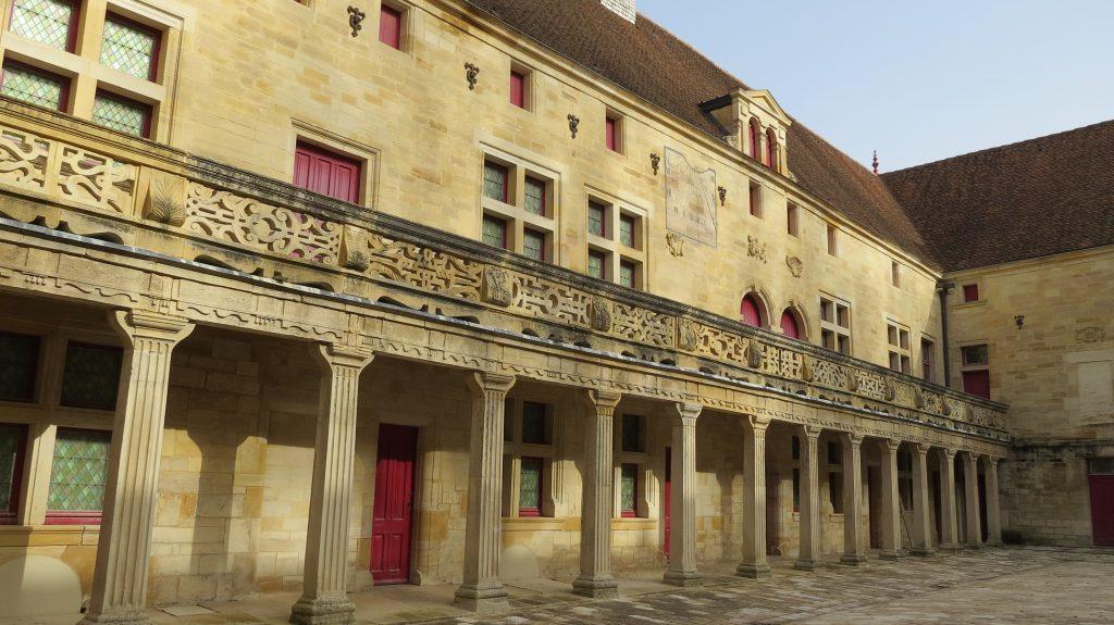 Photo du collège Gilles de Trèves , monument situé en face de la chambre Gaïa